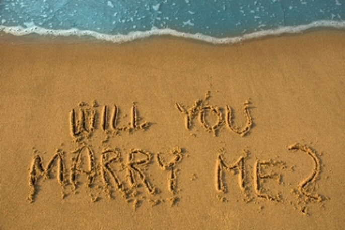 http://magazine.zankyou.com/br/wp-content/uploads/2011/01/will_you_marry_me_in_sand.jpg