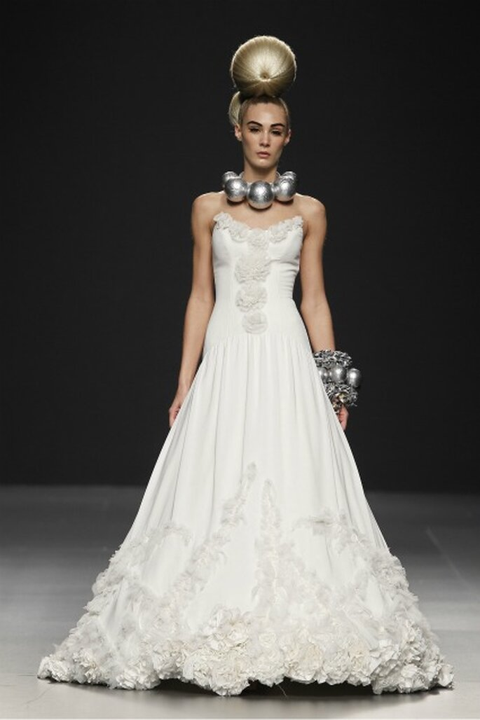 Vestidos de novia Jorge Terra 2012 con exquisitos tejidos y filigranas bordadas - Ugo Camera / Ifema