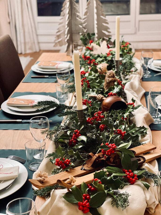 Une table de mariage décorée avec du houx dans les coloris tendances