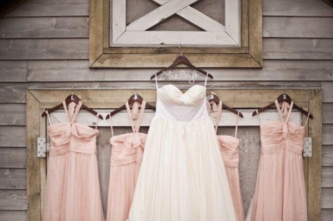 Elige unos lindos vestidos en color rosa pastel para tus damas de boda - Foto Verve Studio