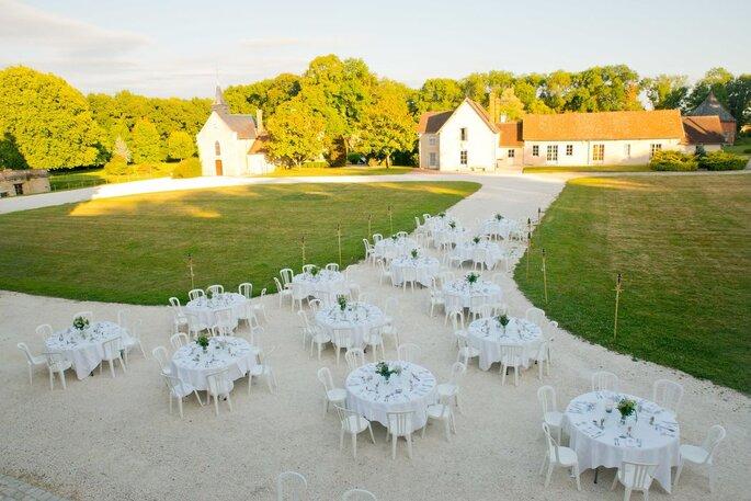 Un dîner de mariage organisé en plein air