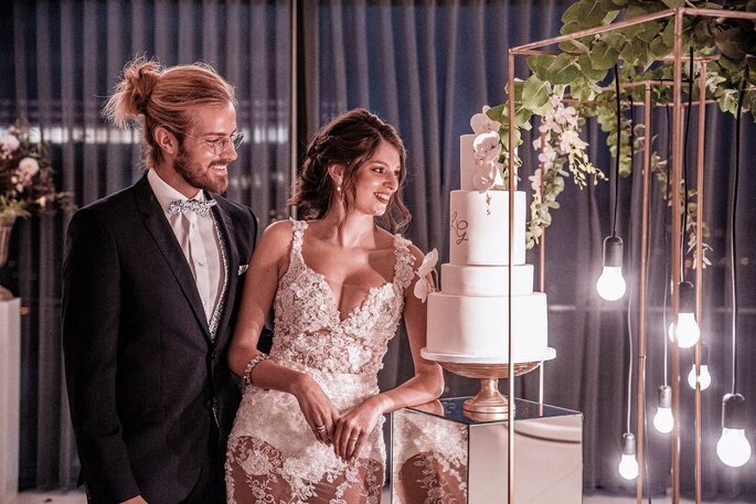 Noivos e bolo de casamento na SUNSET HOUSE