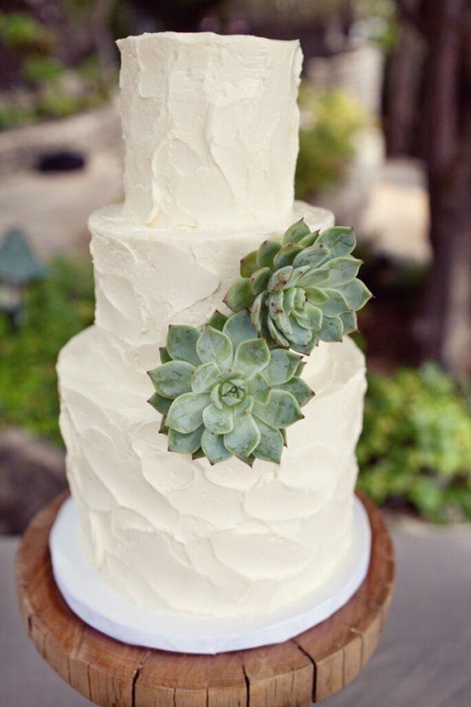 Pastel de boda blanco, redondo a 3 niveles decorado con planta verde natural
