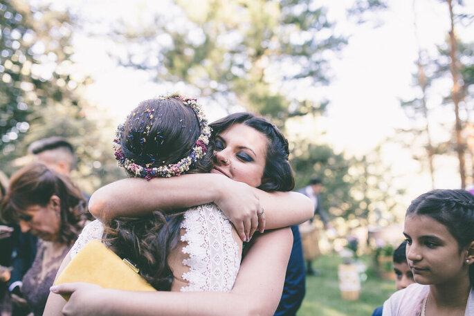 Novia abrazando a amiga