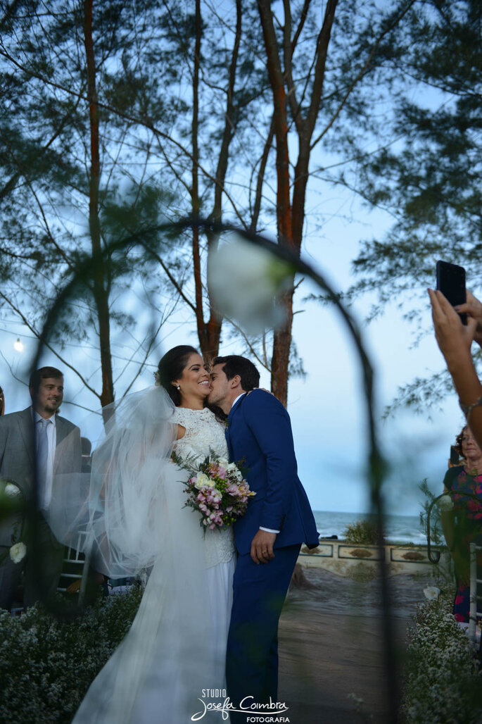 Noivos beijo apaixonado na praia