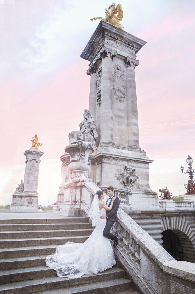Deux mariés devant un monument célèbre à Paris