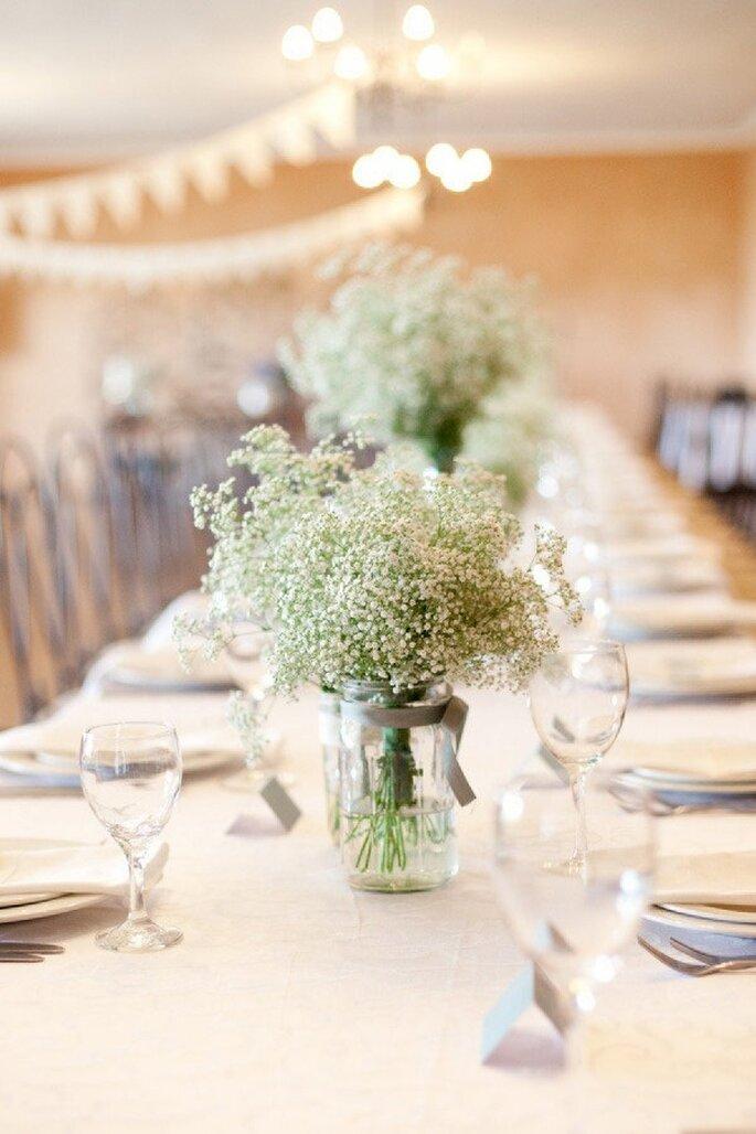 Große, aber dennoch schlichte Blumensträuße als Hochzeitsdekoration - Foto Yolandé Marx Photography