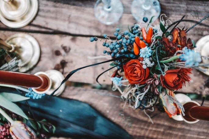 mesa rústica arranjo floral azul e laranja centro de mesa