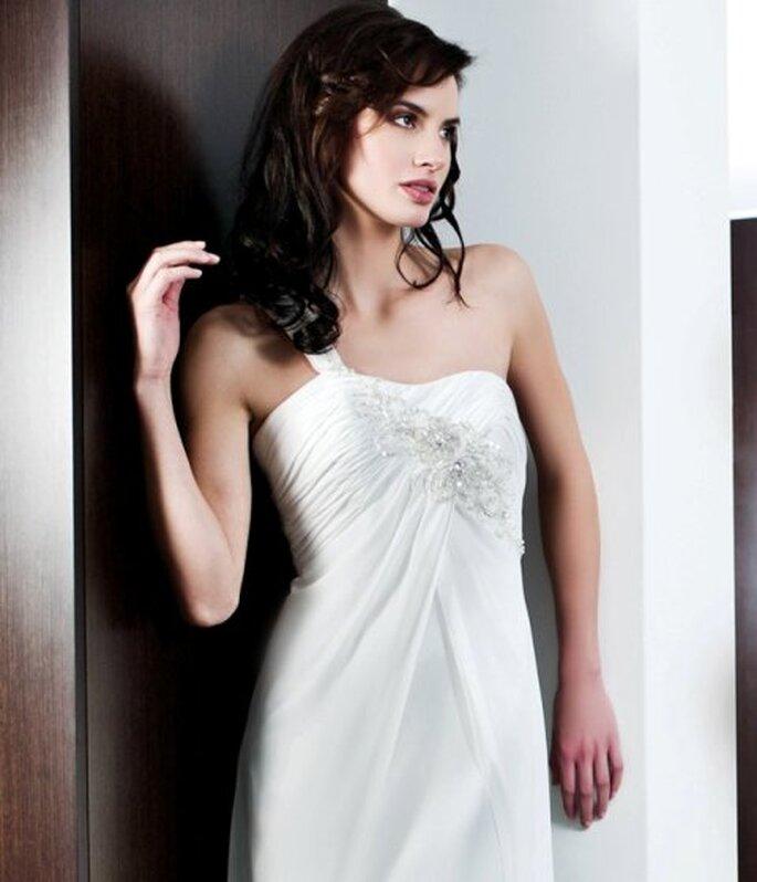 Brautkleid von Penhalta aus der Kollektion 2012 mit nur einem Träger.