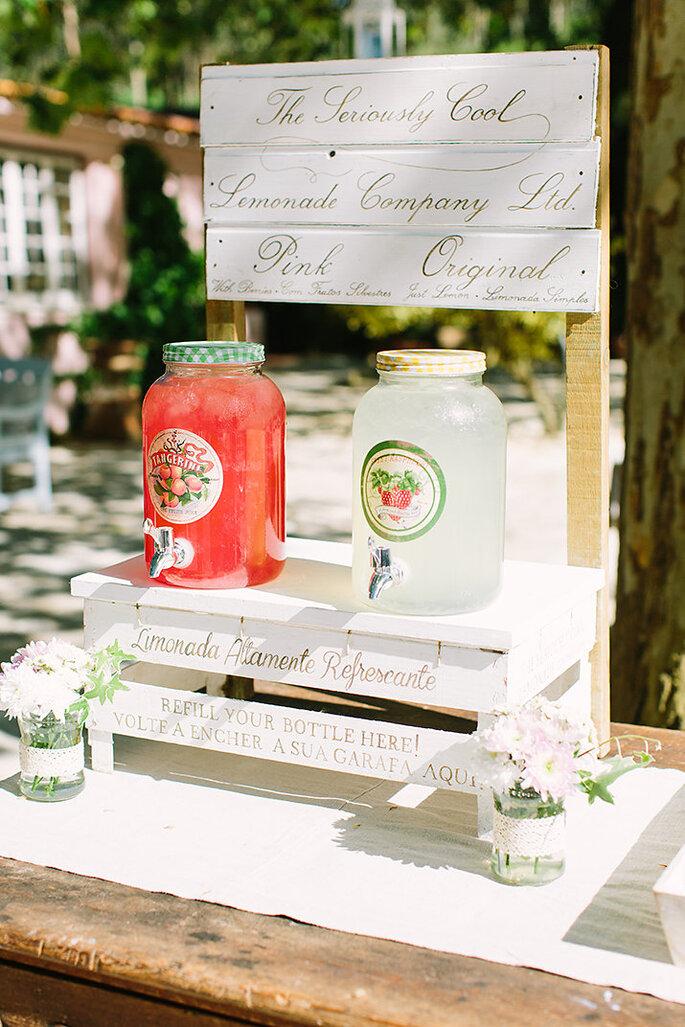 dispensadores de limonada em casamento estilo rústico