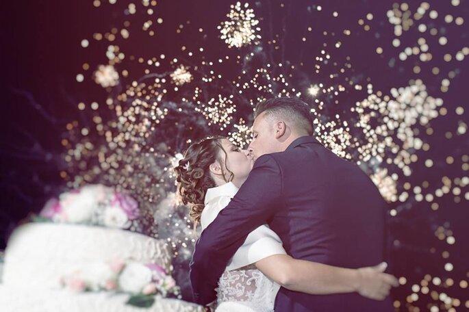 Luca Cuomo Photographer - bacio sposi con fuochi d'artificio