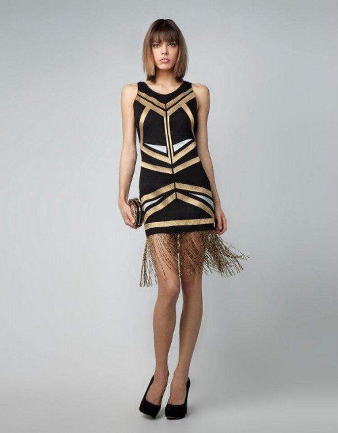 Vestido de fiesta corto en color negro con detalles en dorado y flequillos en la falda - Foto Bershka
