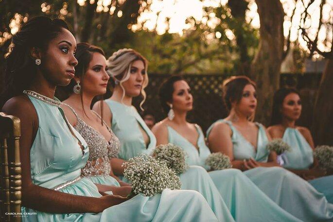 Madrinhas de casamento com vestido azul bebê e buquê de mosquitinhos