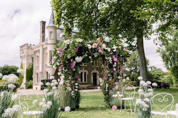 Une arche de cérémonie fleuri pour une cérémonie laïque romantique.