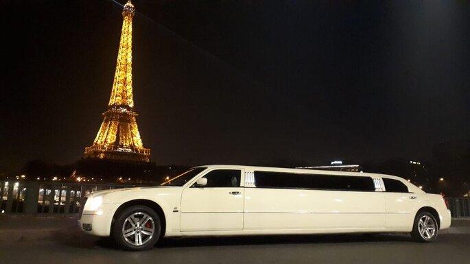 Limousine Chrysler devant la Tour Eiffel.