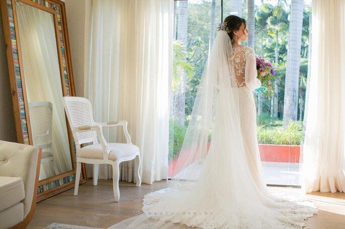 Acessório de cabelo da noiva: Véu - Atelier Carol Hungria - Fotografia: Itamar de Assis Jr. Photography