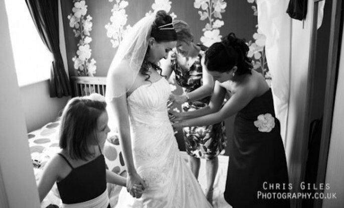 Lleva los zapatos que vayas a usar el día de tu boda para medir el largo - Foto Chris Gilles