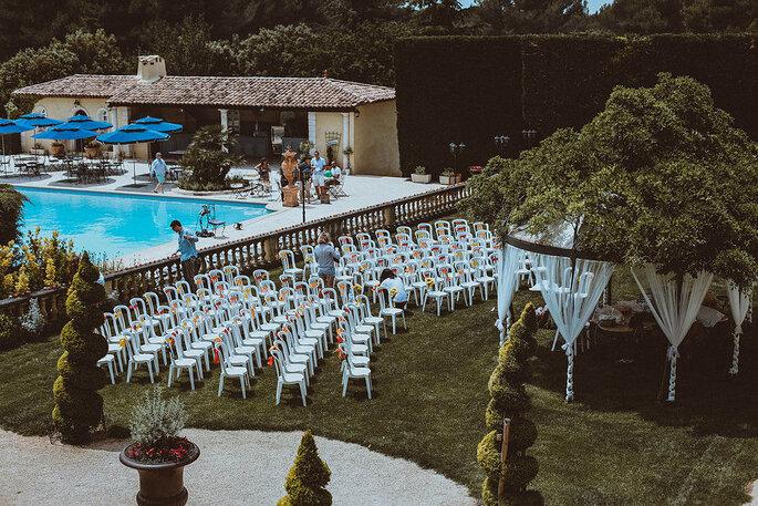 La cérémonie laïque se tient près de la piscine de la , dans une ambiance des plus romantiques