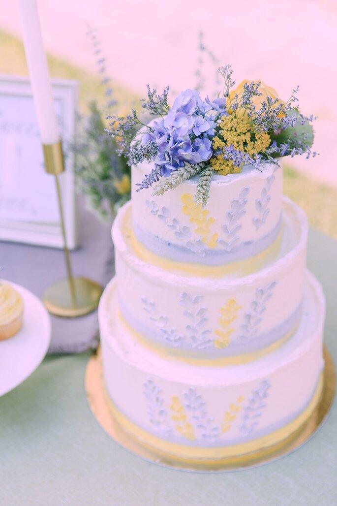 Liebevoll gestaltete Hochzeitstorte bei der Hochzeit im Tessin.