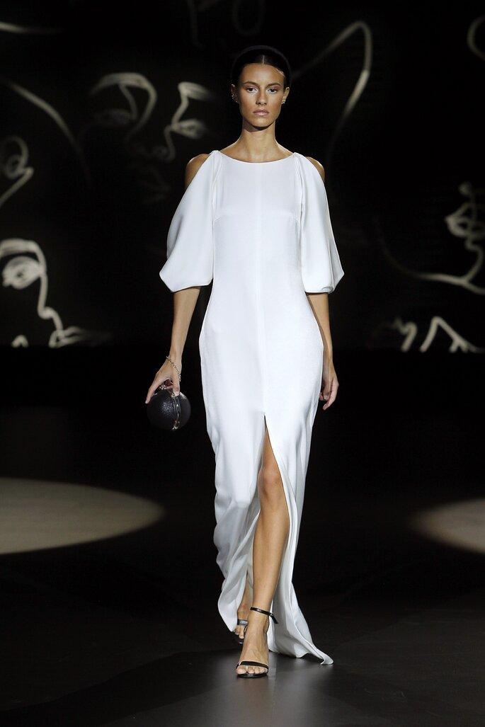 Vestido de novia vintage sencillo con abertura por el centro de las piernas y mangas hasta los codos con corte en los hombros y cuello redondo