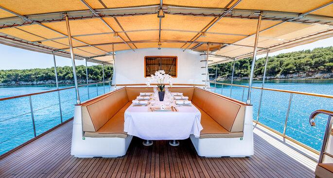 Yacht Clara One - Sur l'eau, le Yatch dévoile ses boiseries vernies
