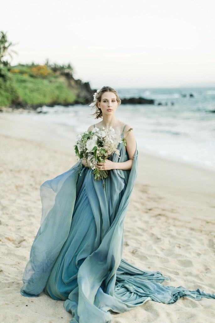 vestido de noiva azul esvoaçante noiva na praia