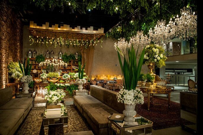 Inspiração de lounge para casamento flores, luzes e velas