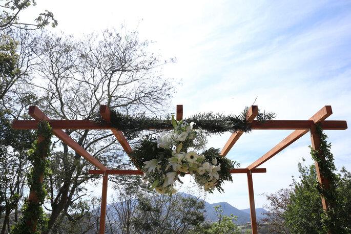 Flores pergolado no casamento