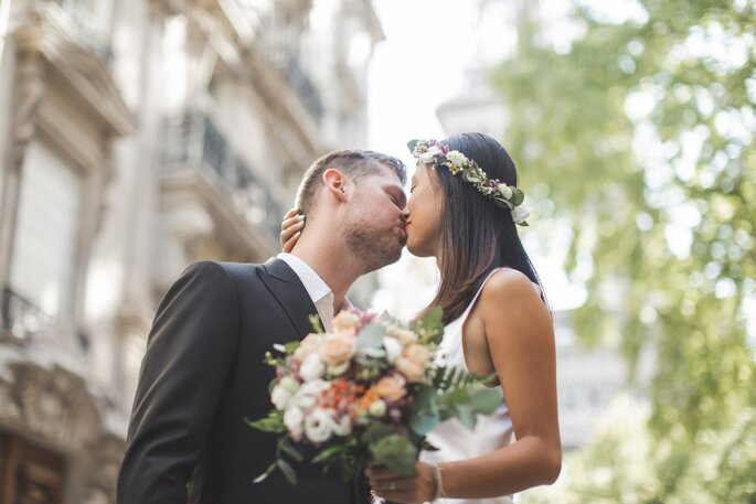 Deux mariés en train de s'embrasser