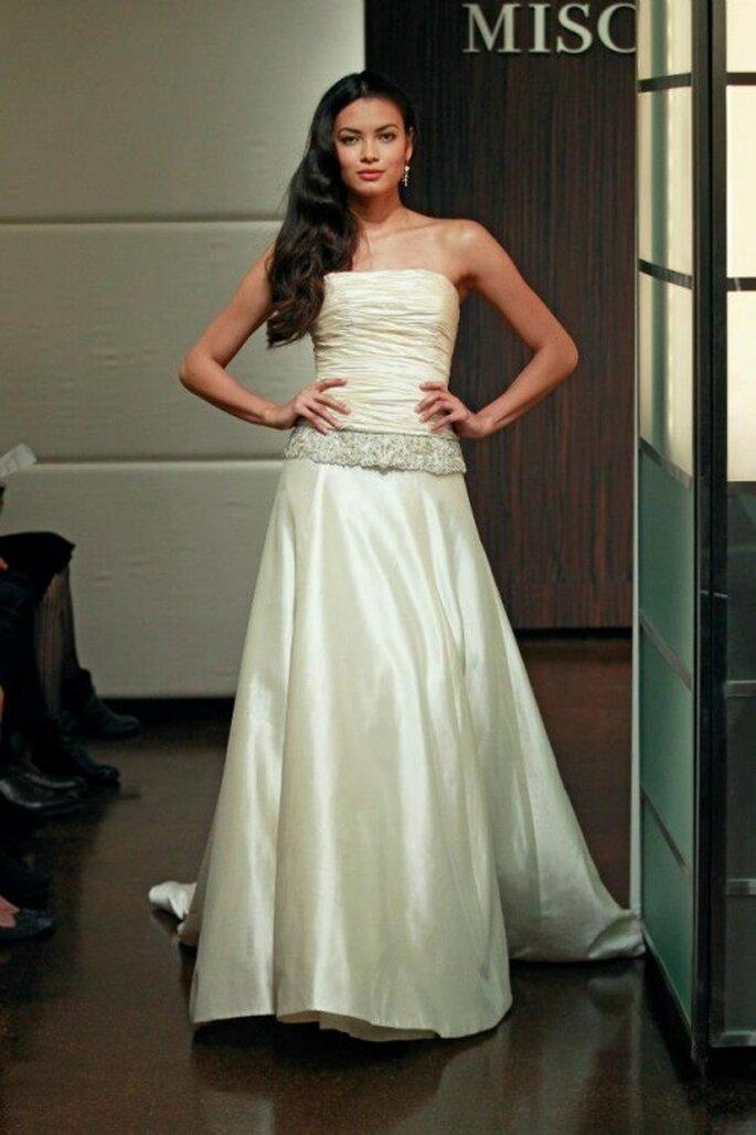 Vestido de novia otoño 2013 corte princesa con fajín de pedrería en la cadera - Foto Badgley Mischka