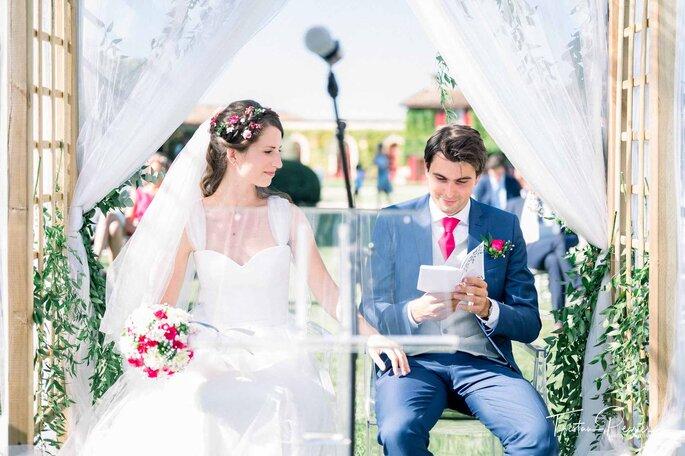 Un couple pendant la cérémonie laïque de son mariage.