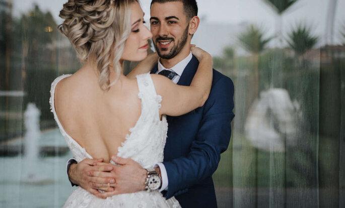 noivos abraçados noiva de costas vestido de noiva decote em V costas descobertas
