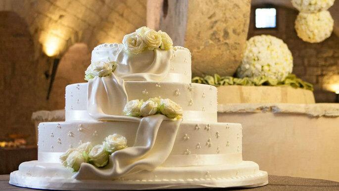 torta nuziale elegante e con fiori bianchi