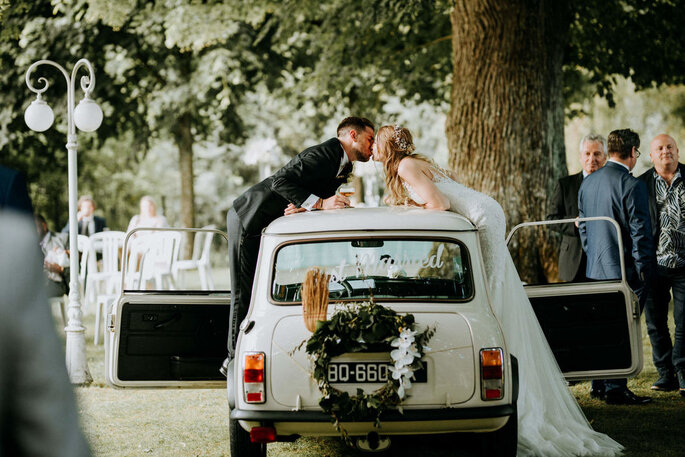 couple s'embrassant voiture mariage