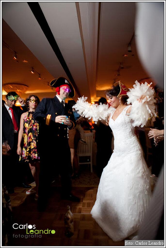 Novios con disfraces de pirata en su fiesta de boda. Foto: Carlos Leandro