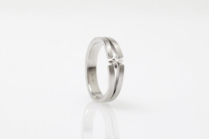 Lindo anel com pedra preciosa para casamento