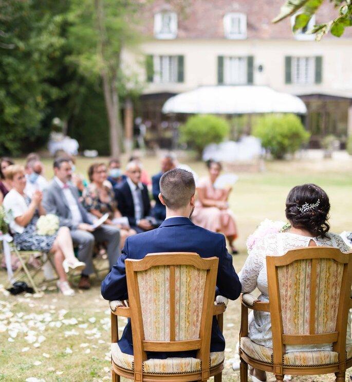 Les mariés font face à leurs invités pendant leur cérémonie laïque en extérieur