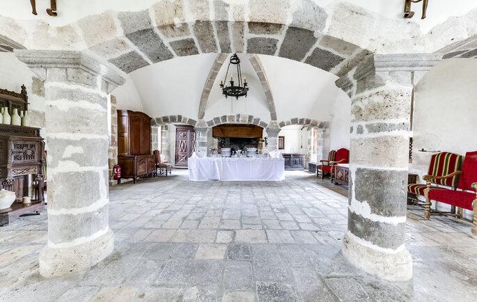 Une salle de réception, en pierres, avec des voûtes, où organiser votre mariage au Château de Denonville