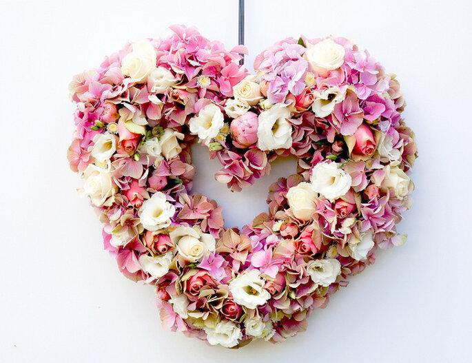 Colgante de flores en forma de corazón ideal para bodas al aire libre. Foto: Rob Wright