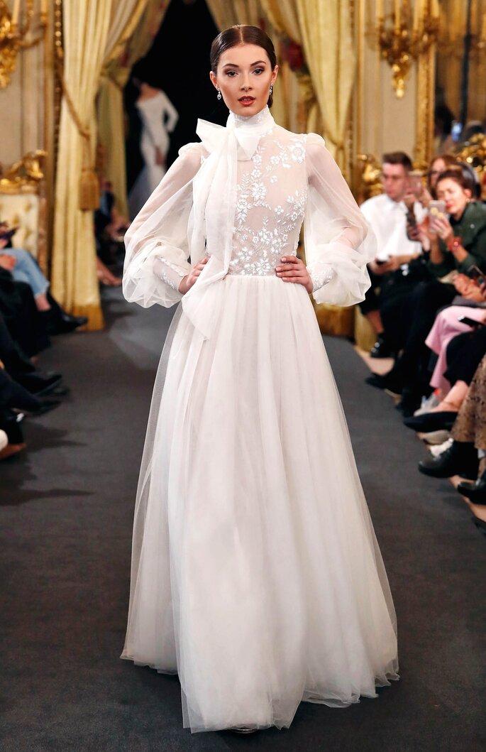 Vestido de novia con lazo al cuello y falda y mangas en tul