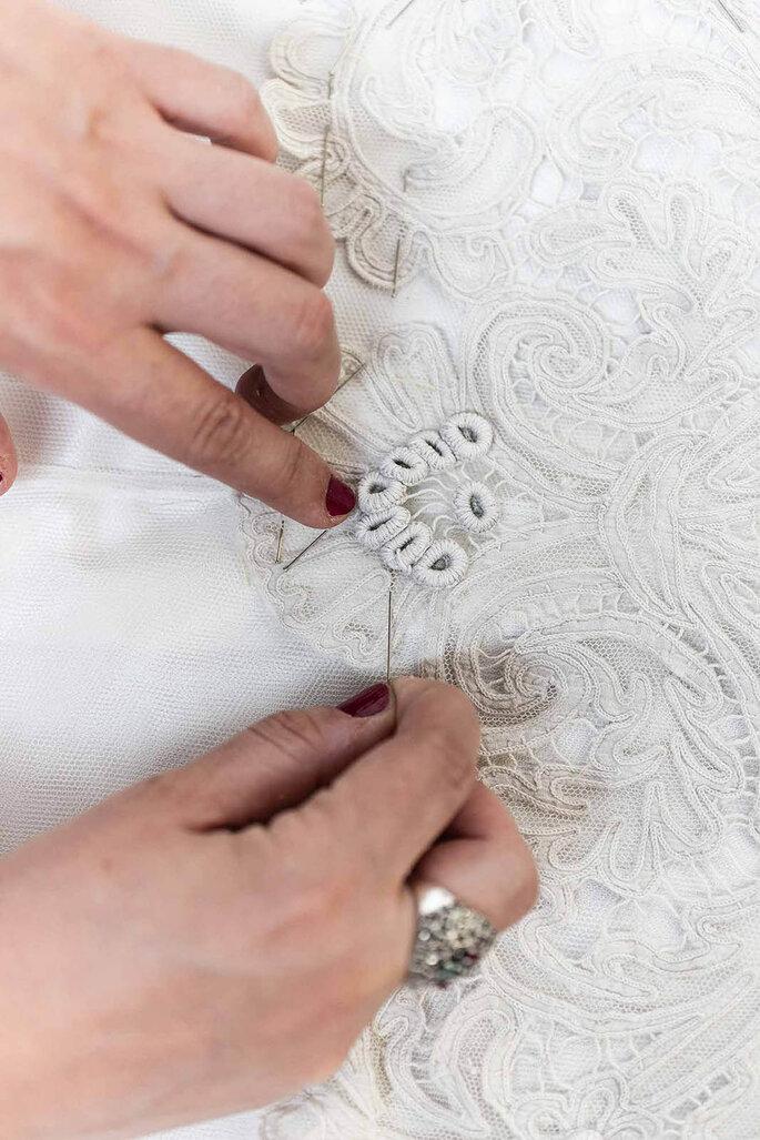 manos cosiendo vestido