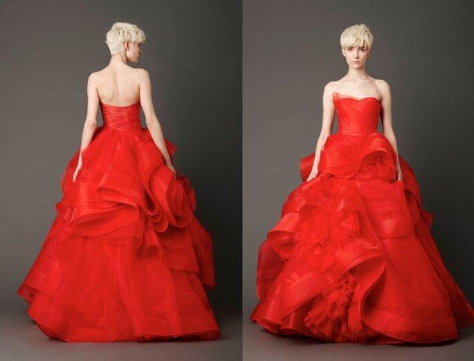 Chi se la sente di osare può optare per la gonna drappeggiata e voluminosa di questo abito rosso firmato Vera Wang Bridal Collection 2013. Foto: www.verawang.com