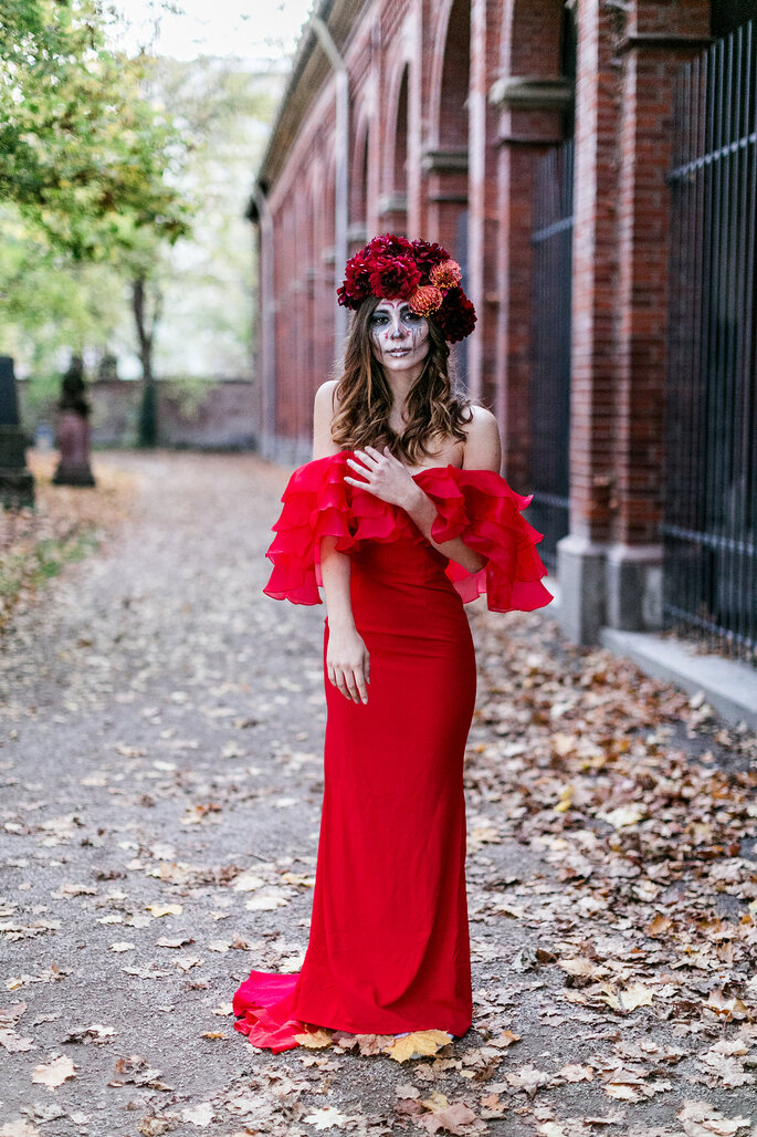 Dia de los Muertos Fotoshooting Inspiration Braut farbenfroh rot geschminkt