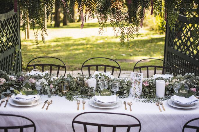 Décoration d'une table avec des végétaux et des fleurs pour un mariage