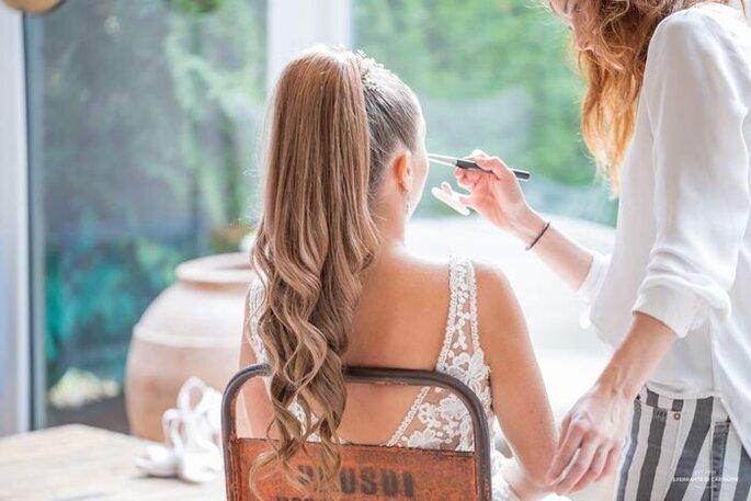 Morgane en train de maquiller une mariée peu de temps avant le début de sa cérémonie.