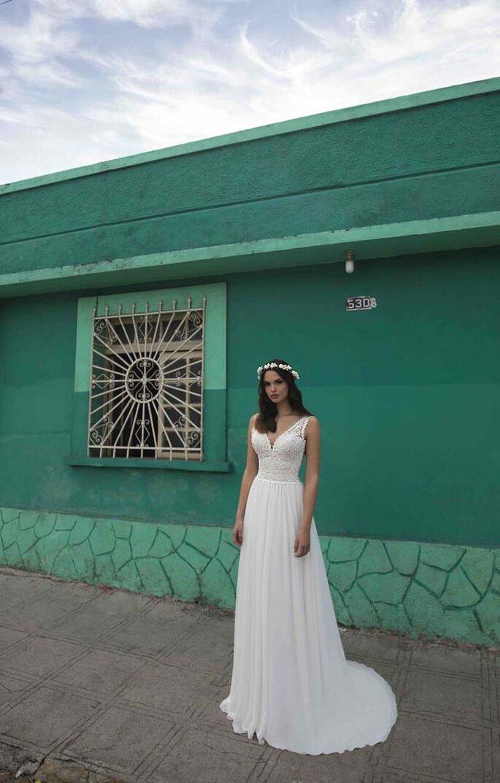 Déclaration Mariage - un modèle posant dans une robe de mariée à la fois classique et élégante