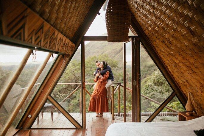 Casal em foto pré wedding na cabana