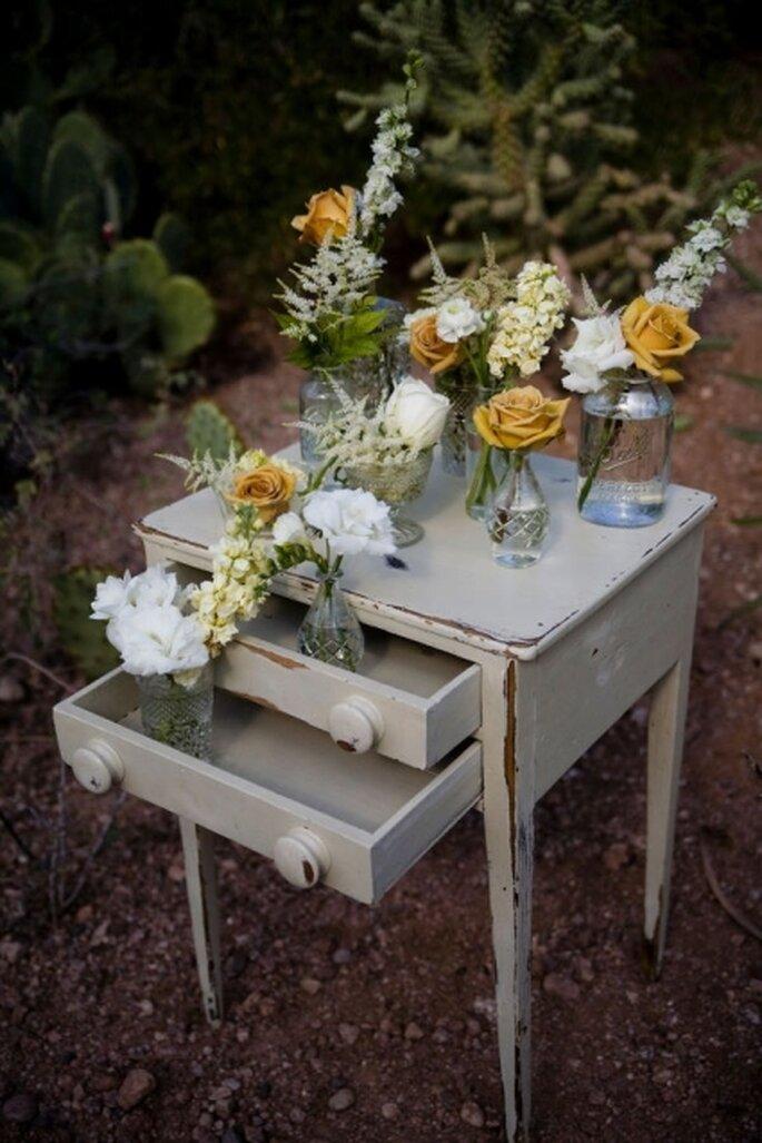 Decoración para boda estilo vintage con muebles antiguos y flores blancas y amarillas