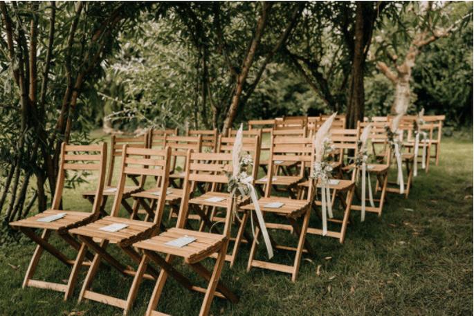 Stühle stehen draußen für eine Traung bereit