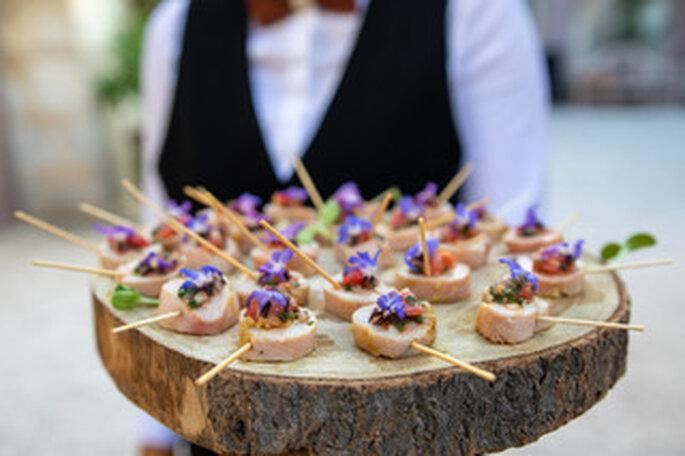 Des amuse-bouches élégants et savoureux servis à un cocktail de mariage